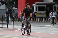 SÃO PAULO, SP, 20.03.2020 - COVID-19-SP - População utiliza máscara para evitar o contágio do novo Coronavírus (COVID-19), na região da Avenida Paulista, em São Paulo, nesta sexta-feira, 20. (Foto Charles Sholl/Brazil Photo Press)