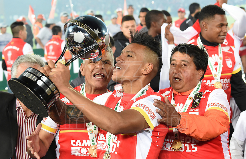 BOGOTÁ - COLOMBIA -09-12-2015: Wilson Morelo jugador de Independiente Santa Fe (COL) besa el trofeo para celebrar con su equipo como campeones de la Copa Sudamericana 2015 después del encuentro de vuelta con Huracan (ARG) jugado en el estadio Nemesio Camacho El Campín de la ciudad de Bogota./ Wilson Morelo player of Independiente Santa Fe (COL) kisses the trophy to celebrate with his team as a champions of Copa Sudamericana 2015 after the second leg match against Huracan (ARG) played at Nemesio Camacho El Campin stadium in Bogota city.  Photo: VizzorImage/ Gabriel Aponte /Staff