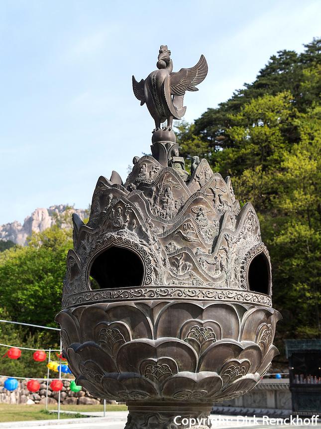 bei Buddha-Statue Tongil Daebu im Nationalpark Seoraksan bei Sokcho, Provinz  Gangwon, S&uuml;dkorea, Asien, UNESCO-Biosph&auml;renreservat<br />  near Buddha statue Tongil Daebu in  Seoraksan National Park near Sokcho, province Gangwon, South Korea, Asia, UNESCO Biosphere reserve