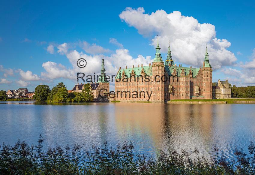 Denmark, Zealand, Hillerod: Frederiksborg Slot Castle built in the early 17th century for King Christian 4th on Castle Lake | Daenemark, Insel Seeland, Hilleroed: Schloss Frederiksborg mit Schlosssee