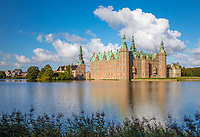 Denmark, Zealand, Hillerod: Frederiksborg Slot Castle built in the early 17th century for King Christian 4th on Castle Lake | Daenemark, Insel Seeland, Hilleroed: Schloss Frederiksborg mit Schlosssee