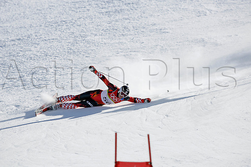 20 February 2006:  Croatian skier Ivan Ratkic (CRO) falls during his first run in the Men's Giant Slalom at the Sestriere sub-area Colle during the 2006 Turin Winter Olympics. Photo: Neil Tingle/actionplus..060220 torino male man men ski skiing snow crash crashing falling