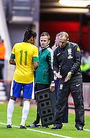 MIDDLESBROUGH, INGLATERRA, 20 JULHO 2012 - AMISTOSO INTERNACIONAL - BRASIL X GRA-BRETANHA - O jogador Neymar (e), e o treinador Mano Meneses da Seleção Brasileira, durante amistoso contra a Grã-Bretanha, no estádio Riverside, em Middlesbrough, na Inglaterra, no último jogo antes do início da Olimpíada. (FOTO: GUILHERME ALMEIDA / BRAZIL PHOTO PRESS).