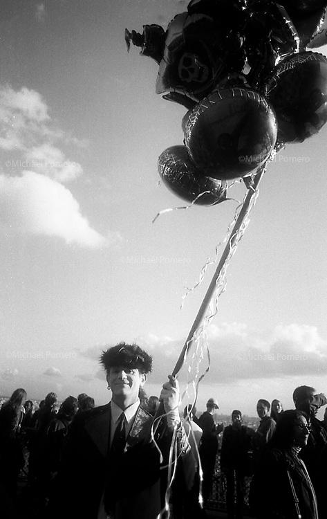 09.10.2009<br /> <br /> Man selling balloons during a festival in Montmartre.<br /> <br /> Homme vendant des ballons pendant la fête des vendanges de Montmartre.