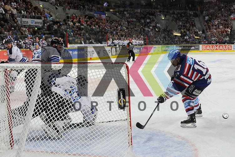 Mannheims Martin Buchwieser (Nr.16) gegen Straubings Jason Bacasihiua (Nr.33)  beim Spiel in der DEL, Adler Mannheim - Straubing Tigers.<br /> <br /> Foto &copy; Ice-Hockey-Picture-24 *** Foto ist honorarpflichtig! *** Auf Anfrage in hoeherer Qualitaet/Aufloesung. Belegexemplar erbeten. Veroeffentlichung ausschliesslich fuer journalistisch-publizistische Zwecke. For editorial use only.
