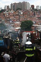 SAO PAULO, SP, 05 DEZEMBRO 2012 - INCENDIO FAVELA - Um incêndio atingiu barracos da Favela de Paraisópolis, na zona sul da capital paulista, nesta quarta-feira. De acordo com o Corpo de Bombeiros, as chamas consumiram uma área na altura da Rua Deputado Laércio Corte, 500, na Vila Andrade. Nove viaturas foram encaminhadas ao local. (FOTO: MAURICIO CAMARGO / BRAZIL PHOTO PRESS).