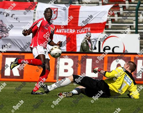 2009-05-03 / Voetbal / R. Antwerp FC - KVK Tienen / Adamo Coulibaly (Antwerp) stuit op doelman Schuermans van Tienen..Foto: Maarten Straetemans (SMB)