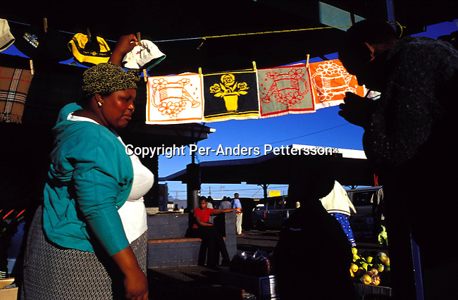 ditwon00002 A market next to Nonqubela train station on June 23, 2001 in Site B Khayelitsha, a township about 35 kilometers outside Cape Town, South Africa. Khayelitsha is one of the poorest and fastest growing townships in South Africa. Business, vendor.Photo: Per-Anders Pettersson/ iAfrika Photos.
