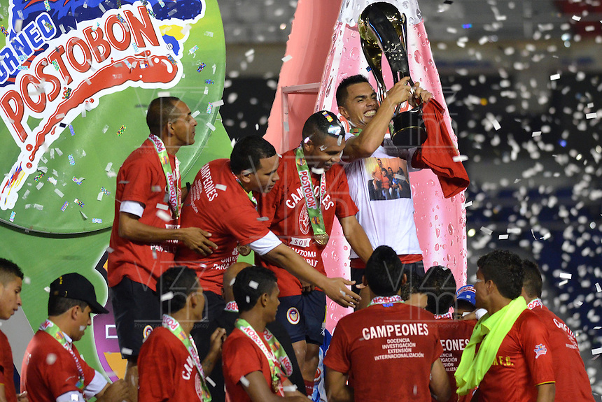 BARRANQUILLA - COLOMBIA -03 -12-2013: los Jugadores de Universidad Autonoma celebran el titulo durante del partido de vuelta por la final del Torneo Postobon II-2013, jugado en el estadio Metropolitano Roberto Melendez de la ciudad de Barranquilla. / The players of Universidad Autonoma celebrate the title during the second leg of the final of the Postobon Tournament II-2013 at the Metropolitano Roberto Melendez Stadium in Barranquilla city. Photo: VizzorImage  / Alfonso Cervantes / Str.