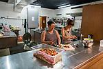 Gen&egrave;ve, le 25.04.2018<br /> Abris PC de P&acirc;quis-centre.<br /> Accueil des familles et des mineurs non accompagn&eacute;s.<br /> Marcella, m&egrave;re de famille pr&eacute;pare avec Tatjana, travaileuse sociale, la salade qui sera au menu du repas du soir.<br /> &copy; Le Courrier / J.-P. Di Silvestro