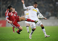 FUSSBALL   1. BUNDESLIGA   SAISON 2011/2012   23. SPIELTAG Borussia Moenchengladbach - Hamburger SV         24.02.2012 Heiko Westermann (li, Hamburger SV) gegen Igor de Camargo (re, Borussia Moenchengladbach)
