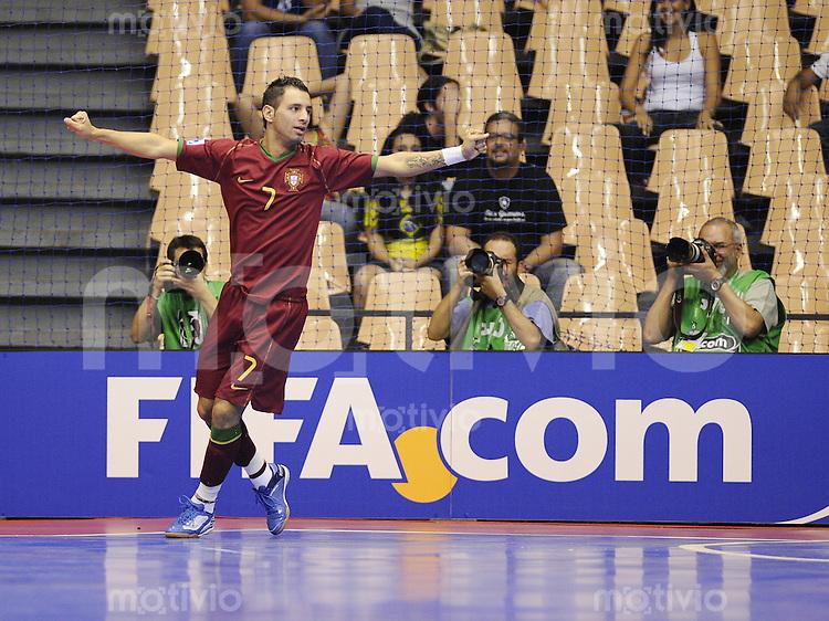 Fussball  International  FIFA  FUTSAL WM 2008   08.10.2008 Vorrunde Gruppe B Portugal - Thailand Portugal - Thailand Cardinal (POR) jubelt nach dem 3-2