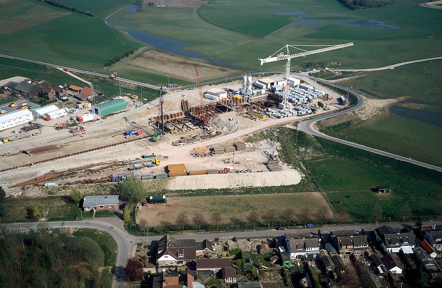 Nederland, Gelderland, Angeren, 04-04-2002; Betuweroute: oorspronkelijk was hier een brug voorzien, maar om de woongemeenschap Boerenhoek (onder) geluidsoverlast te besparen en de verder op gelegen natuurgbieden te ontzien, komt er nu een geboorde tunnel; rechts / boven van de Rijndijk de uiterwaarden van het Pannerdensch Kanaal; boortunnel vrachtvervoer verkeer en vervoer milieu .Deel van een serie over Betuweroute / infrastructuur.<br /> luchtfoto (toeslag), aerial photo (additional fee)<br /> photo/foto Siebe Swart