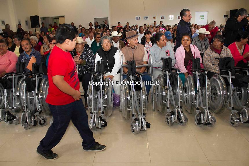 San Juan del R&iacute;o, Qro. 04 julio 2014.- El presidente municipal Fabi&aacute;n Pineda entreg&oacute; aparatos de apoyo a personas con discapacidad y adultos mayores en las instalaciones del DIF municipal de esta ciudad.<br /> Se entregaron 14 sillas de ruedas, 10 andaderas, 20 bastones y tres sillas de ruedas para ni&ntilde;os con par&aacute;lisis cerebral (PCI). Foto TET&Eacute;/OBTURE PRESS AGENCY;