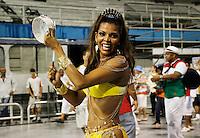SÃO PAULO, SP, 10 DE FEVEREIRO DE 2012 - ENSAIO X-9-  integrante durante ensaio técnico da Escola de Samba X-9 na preparação para o Carnaval 2012. O ensaio foi realizado na noite deste sabado 11 no Sambódromo do Anhembi, zona norte da cidade.FOTO ALE VIANNA - NEWS FREE