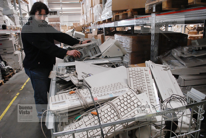 - Ambro Logistics, company for disposal and recycling of old computers....- Ambro Logistica, azienda per lo smaltimento e il riciclo dei vecchi computer