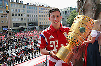 FUSSBALL  DFB POKAL FINALE  SAISON 2013/2014  18.05.2014 Der FC Bayern Muenchen feiert auf dem Rathausbalkon am Muenchner Marienplatz, Pierre Emile Hojbjerg mit DFB Pokal