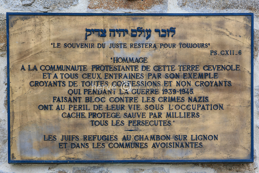 France, Haute-Loire (43), Le Chambon-sur-Lignon, Lieu de mémoire inauguré en juin 2013 pour rappeler l'attitude des habitants du Chambon et des alentours dans l'accueil et le sauvetage des juifs pendant l'Occupation, plaque d'information et reconnaissance sur le pignon de la maison // France, Haute Loire, Le Chambon sur Lignon, Memorial site opened in June 2013 to recall the attitude of the inhabitants of Le Chambon in and around in the rescue of Jews during the Occupation, information and gratitude plaque on the gable of the house