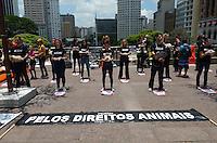 ATENCAO EDITOR: FOTO EMBARGADA PARA VEICULOS INTERNACIONAIS. SAO PAULO, SP, 10 DE DEZEMBRO DE 2012 - Protesto da ONG vegetariana Veddas, no viaduto do Cha, regiao central, no inicio da tarde desta segunda feira, 10. Ao expor animais mortos a ONG tem o objetivo de conscientizar sobre a crueldade que acontece com os animais que sao destinados para alimentacao, testes medicinais, vestuario, etc.. FOTO: ALEXANDRE MOREIRA - BRAZIL PHOTO PRESS.