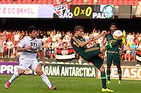 SÃO PAULO, SP, 10 DE MARÇO DE 2013 - CAMPEONATO PAULISTA - SÃO PAULO x PALMEIRAS: Henrique (d) e Aloisio (d) durante partida São Paulo x Palmeiras, válida pela 11ª rodada do Campeonato Paulista de 2013, disputada no estádio do Morumbi em São Paulo. FOTO: LEVI BIANCO - BRAZIL PHOTO PRESS