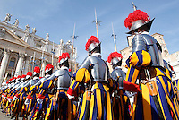 Le Guardie Svizzere sfilano prima della benedizione Urbi et Orbi di Papa Francesco in occasione del Natale, dalla loggia centrale della Basilica di San Pietro, Citta' del Vaticano, 25 dicembre 2015.<br /> Swiss Guards parade before the Pope Francis' Urbi et Orbi (To the City and to the World) blessing on the occasion of the Christmas day from the central loggia of St. Peter's Basilica, Vatican, 25 December 2015.<br /> UPDATE IMAGES PRESS/Isabella Bonotto<br /> <br /> STRICTLY ONLY FOR EDITORIAL USE
