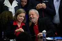 S&Atilde;O PAULO,SP, 13.07.2017 - LULA-SP - A Presidente do Partido dos Trabalhadores (PT), Gleisi Hoffmann, durante coletiva do ex-presidente Luiz Inacio Lula da Silva na sede do partido, no centro de S&atilde;o Paulo na manh&atilde; desta quinta-feira (13).<br /> <br /> (Foto: Fabricio Bomjardim / Brazil Photo Press)