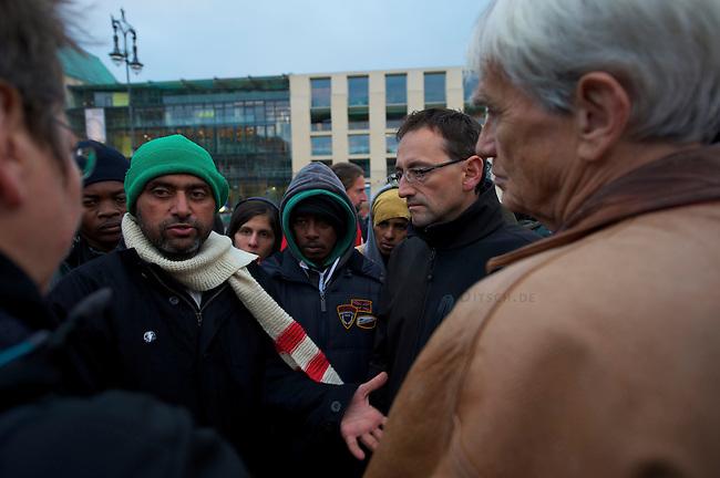 Seit Mittwoch den 9. Oktober 2013 befinden sich in Berlin etwa 2 dutzend Fluechtlinge vor dem Brandenburger Tor erneut im Hungerstreik.<br />Die Fluechtlinge fordern die Anerkennung ihrer Asylantraege und wollen den Hungerstreik so lange weiterfuehren bis ihre Forderung erfuellt wird.<br />Ein erster Hungerstreik im Winter wurde nach mehreren Wochen erfolglos beendet.<br />Hier: Der 8. Tag des Hungerstreiks und der dritte Tag des Durststreiks. Mindestens 19 Fluechtlinge wurden diesem Mittwoch den 16. Oktober 2013 in Krankenhaeuser gebacht nachdem sie zusammengebrochen sind.<br />Im Bild: Gruene Politiker (Links: MdB Jutta Graf; rechts: MdB Hans Christian Stroebele; 2.v.r. Stephan von Dassel, Sozialstadtrat im Bezirk Mitte) besuchen die Fluechtlinge und offerieren die Moeglichkeit Nachts einen Waermebus vor Ort aufzustellen.<br />16.10.2013, Berlin<br />Copyright: Christian-Ditsch.de<br />[Inhaltsveraendernde Manipulation des Fotos nur nach ausdruecklicher Genehmigung des Fotografen. Vereinbarungen ueber Abtretung von Persoenlichkeitsrechten/Model Release der abgebildeten Person/Personen liegen nicht vor. NO MODEL RELEASE! Don't publish without copyright Christian Ditsch/version-foto.de, Veroeffentlichung nur mit Fotografennennung, sowie gegen Honorar, MwSt. und Beleg. Konto:, I N G - D i B a, IBAN DE58500105175400192269, BIC INGDDEFFXXX, Kontakt: post@christian-ditsch.de.<br />Urhebervermerk wird gemaess Paragraph 13 UHG verlangt.]