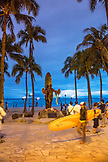 USA, Oahu, Hawaii, statue of Hawaiian surf legend and icon Duke Kahanamoku at the beach at Waikiki in Honolulu