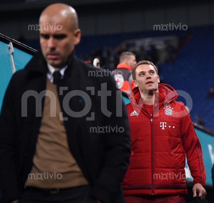 Fussball  1. Bundesliga  Saison 2015/2016  13. Spieltag in Gelsenkirchen FC Schalke 04 - FC Bayern Muenchen     21.11.2015 Torwart Manuel Neuer (re, FC Bayern Muenchen) kommt in die Schalker Arena