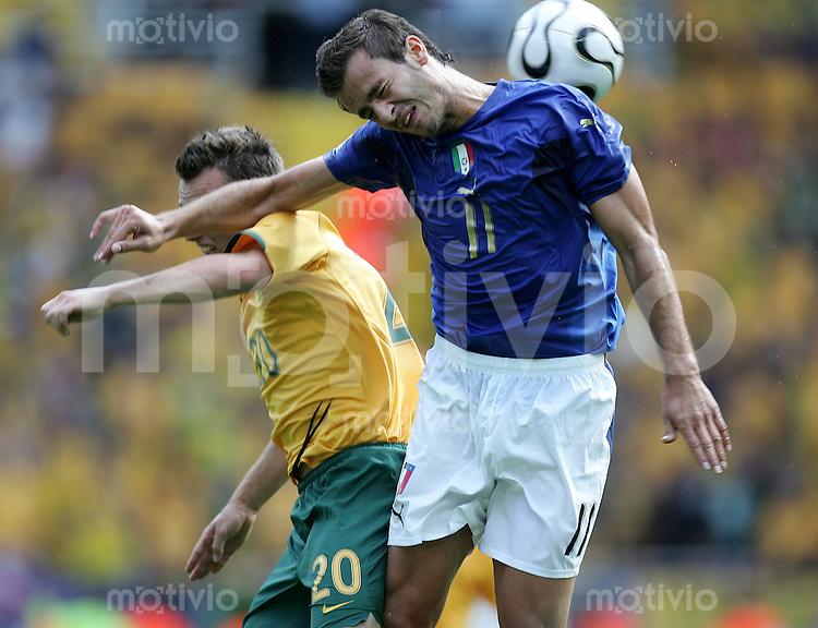 Fussball WM 2006 Achtelfinale in Kaiserslautern, Italien - Australien Alberto Gilardino (ITA, re.) gegen Luke Wilkshire (AUS).