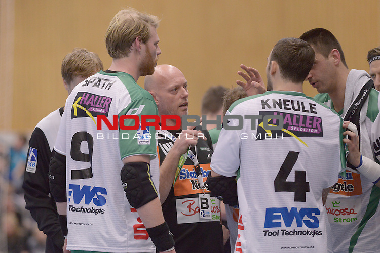 28.02.2015 Klingenhalle Solingen,  Solingen, GER, DKB Handballbundesliga 2014-2015,  BHC 06 vs. FA G&ouml;ppingen,  im Bild Aleksander Knezevic ( FA G&ouml;ppingen - Coach ) in der Timeout-Pause im gespraech mitZarko Sesun ( FA G&ouml;ppingen #15 ),fa09 und Tim Kneule ( FA G&ouml;ppingen #4 ).<br /> Foto &copy; nph Freund