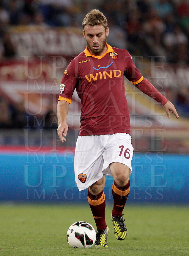 Calcio, Serie A: Roma vs Sampdoria. Roma, stadio Olimpico, 26 settembre 2012..AS Roma midfielder Daniele De Rossi in action during the Italian Serie A football match between AS Roma and Sampdoria at Rome's Olympic stadium, 26 September 2012..UPDATE IMAGES PRESS/Riccardo De Luca