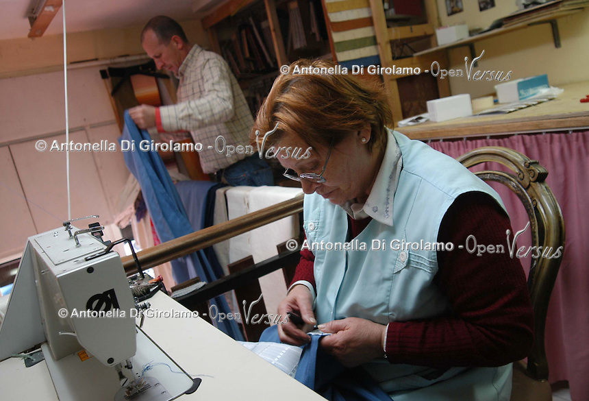 Artigiani a San Lorenzo , quartiere storico di Roma..Craftsmen in San Lorenzo, historic district of Rome. .Laboratorio da tappezziere, a conduzione familiare..Upholsterer laboratory, to conduction familiar..