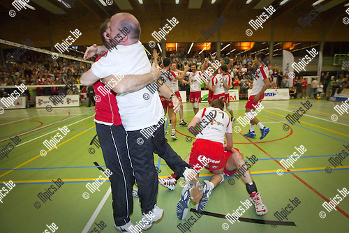 2010-04-24 / Volleybal / seizoen 2009-2010 / Puurs - Waasland / Vreugde bij Puurs na de overwinning....Foto: Mpics