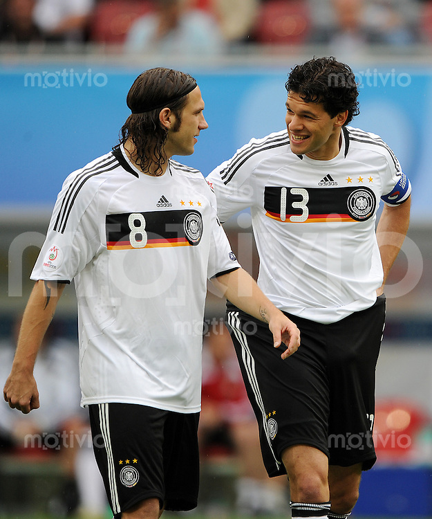 FUSSBALL EUROPAMEISTERSCHAFT 2008  Kroatien - Deutschland    12.06.2008 Torsten FRINGS (l) im Gespraech mit Michael BALLACK (GER).