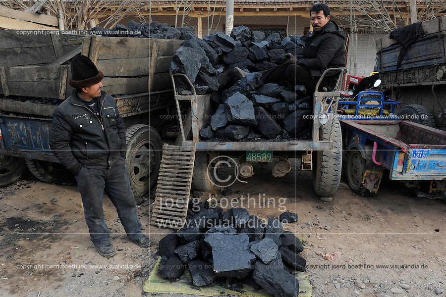 CHINA province Xinjiang, market day in uighur village Langar near Kashgar, coal seller / CHINA Provinz Xinjiang, Kohleverkauf auf Markttag in Langar einem uigurischen Dorf bei Stadt Kashgar hier lebt das Turkvolk der Uiguren, das sich zum Islam bekennt