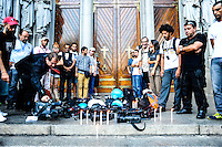 SÃO PAULO, SP - 12.02.2014 - HOMENAGEM CINEGRAFISTA- Jornalistas do Estado de São Paulo fizeram uma homenagem ao cinegrafista morto durante a manifestação no Rio de Janeiro, Santiago Silva em frente a Catedral da Se, na regiao central da cidade de São Paulo, nesta quarta-feira, 12. (Foto: Adriano Lima / Brazil Photo Press).