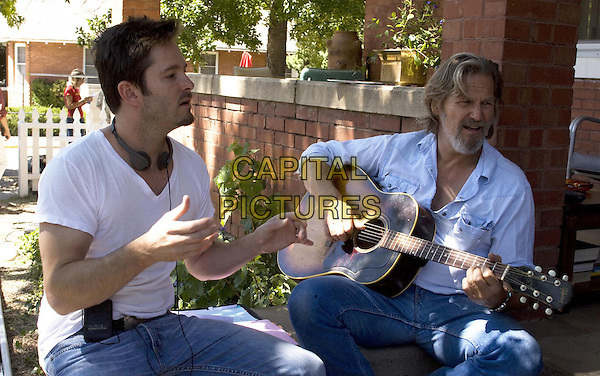 SCOTT COOPER (DIRECTOR) & JEFF BRIDGES.on the set of Crazy Heart.*Filmstill - Editorial Use Only*.CAP/FB.Supplied by Capital Pictures.