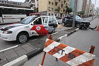 SAO PAULO, SP, 17/10/2013, ACIDENTE. Uma pessoa ficou ferida em um acidente na  saida do viaduto 9 de Julho  no sentido a regiao central de Sao Paulo. O veiculo perdeu o controle e bateu contra um poste, segundo informacoes, o motorista nao usava o cinto de seguranca. LUIZ GUARNIERI/BRAZIL PHOTO PRESS.