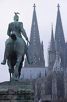 Europe/Allemagne/Rhénanie du Nord-Westphalie/Cologne: les flèches de la Cathédrale Roncalliplatz
