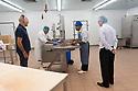 """Paolo Arca è originario di Sorradile ma è cresciuto ad Oristano. Da 14 anni vive a Manama, capitale del regno del Bahrain, dove gestisce il  ristorante """"L' Oliveto"""", di cui e co proprietario. Il ristorante è un punto di riferimento per chi vuole una autentica cucina italiana. Qui è ritratto mentre acquista degli alimenti di importazione presso la Fine Foods, azienda britannica di import-export con una filiale in Bahrain."""