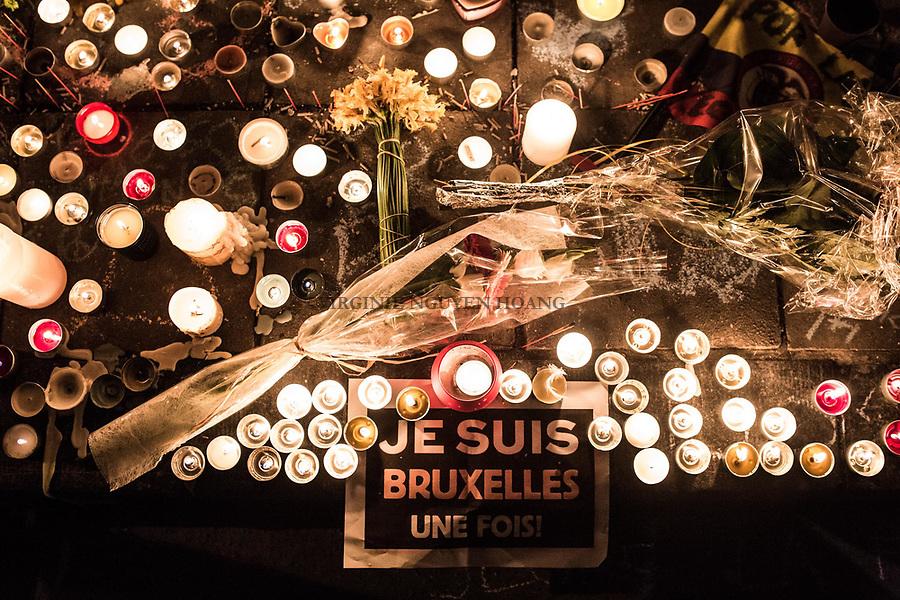 BRUXELLES, Belgique: Je suis Bruxelles sur le sol en face de la Bourse, le 23 mars 2016. Environ 31 personnes sont mortes et 300 ont été blessées dans les attentats commis à Zaventem et dans la station du métro bruxellois Maelbeek, selon le dernier bilan du Centre de crise. Dans le centre de Bruxelles, des centaines de personnes se rassemblent en commemoration aux victimes.