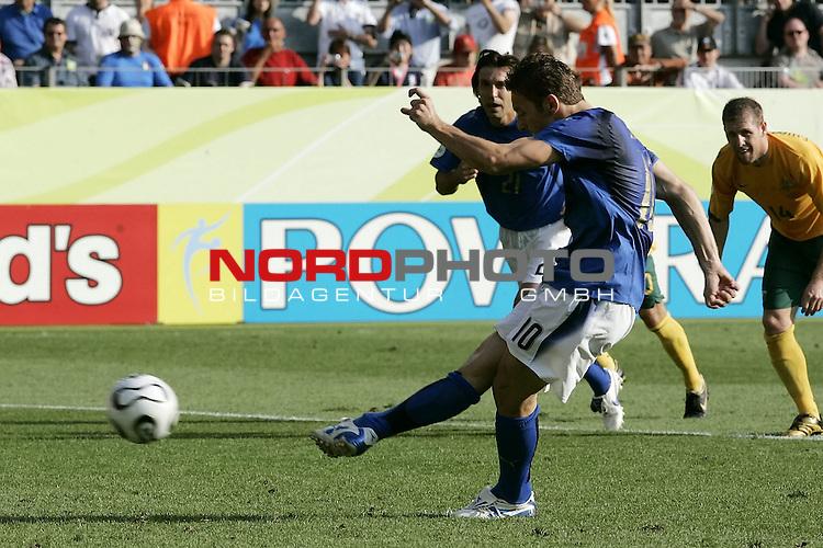 FIFA WM 2006 -  Round of Sixteen - / Viertelfinale <br /> Play      #53 (26-Jun) - Italien - Australien<br /> <br /> Tor TOTTI Francesco<br /> <br /> <br /> Foto &copy; nordphoto