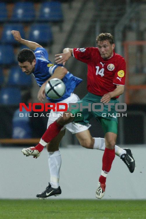 U21 - EM 2004 - Gruppe A<br /> Italien vs. Belarus 1:2<br /> Daniele Bonera (links) von Italien im Duell mit Artsiom Kantsavy (rechts) von Belarus.<br /> Foto &copy; nordphoto - Ruediger Lampe<br /> <br />  *** Local Caption *** Foto ist honorarpflichtig! zzgl. gesetzl. MwSt.<br />  Belegexemplar erforderlich<br /> Adresse: nordphoto<br /> Georg-Reinke-Strasse 1<br /> 49377 Vechta