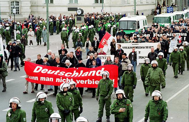 Etwa 1.200 Neonazis und Skinheads versammelten sich in Berlin zu einer Demonstration unter dem Motto: &quot;Meinungsfreiheit statt Verbote&quot;. Aufgerufen hatte eine sogenannte &quot;Kameradschaft Germania Berlin&quot;.<br /> Hier: Die Polizei schuetzte die Demonstration mit einem starken Aufgebot vor Gegendemonstranten.<br /> 4.11.2000, Berlin<br /> Copyright: Christian-Ditsch.de<br /> [Inhaltsveraendernde Manipulation des Fotos nur nach ausdruecklicher Genehmigung des Fotografen. Vereinbarungen ueber Abtretung von Persoenlichkeitsrechten/Model Release der abgebildeten Person/Personen liegen nicht vor. NO MODEL RELEASE! Nur fuer Redaktionelle Zwecke. Don't publish without copyright Christian-Ditsch.de, Veroeffentlichung nur mit Fotografennennung, sowie gegen Honorar, MwSt. und Beleg. Konto: I N G - D i B a, IBAN DE58500105175400192269, BIC INGDDEFFXXX, Kontakt: post@christian-ditsch.de<br /> Bei der Bearbeitung der Dateiinformationen darf die Urheberkennzeichnung in den EXIF- und  IPTC-Daten nicht entfernt werden, diese sind in digitalen Medien nach &sect;95c UrhG rechtlich gesch&uuml;tzt. Der Urhebervermerk wird gemaess &sect;13 UrhG verlangt.]