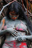 Foliões entram no manguezal se sujando de lama durante o carnaval no litoral do Pará.<br /> Curuçá, Pará, Brasil<br /> Foto PNey Marcondes<br /> 02/03/2014