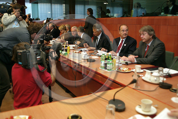 Belgium---Brussels---EU-Summit---italian presidency---Tour de Table/Round Table  17.10.2003.Jaques CHIRAC,President , France; on his left: Reinhard SILBERBERG, advisor to the german chancellor concerning questions to european politic!          ..PHOTO:  / ANNA-MARIA ROMANELLI / EUP-IMAGES