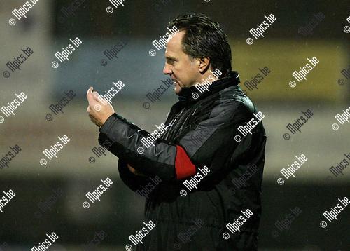 2010-01-23 / Voetbal / seizoen 2009-2010 / Racing Mechelen - Deinze / Danny Hoekman geeft richtlijnen..Foto: mpics