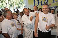 SAO PAULO, SP, 20 DE ABRIL DE 2013. CAMPANHA DE VACINACAO CONTRA A GRIPE 2013. O governador Geraldo Alckmin aplica vacina contra gripe no ministro da Saúde, Alexandre Padilha,  durante o lançamento da campanha de vacinação contra a gripe 2013 na manhã deste sábado no Instituto Butantan na zona oeste da capital paulista  FOTO ADRIANA SPACA/BRAZIL PHOTO PRESS