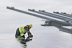 Foto: VidiPhoto<br /> <br /> GELDERMALSEN - Op de oude afvalberg bij Avri in Geldermalsen langs de A15 wordt op dit moment gewerkt aan een voor ons land uniek energieproject. Behalve dat er op een terrein van 20 ha. en een berg van 3 miljoen kuub afval met bijna 35.000 panelen het grootste zonnepark van Gelderland verrijst, komen er na de oplevering in maart ook nog eens drie enorme windmolens en een biogasfabriek. Een van de molens wordt tussen de panelen geplaatst. Bovendien werken er via diverse Europese onderaannemers ook nog eens acht verschillende nationaliteiten aan het zonnepark. Het project, waarvan alleen de zonnepanelen al 10, 3 miljoen euro kosten, begint vanaf februari al de eerste stroom (9 miljoen kw/u per jaar) te leveren voor uiteindelijk 3000 gezinnen. Door een tekort aan zonnepanelen op de Europese markt heeft de megaklus een half jaar vertraging opgelopen. Het park wordt aangelegd door de Nederlands-Duitse bouwcombinatie Solarfields/ib Vogt, in opdracht van Avri Solar BV. De Rijksoverheid subsidieert een substantieel deel van het project.